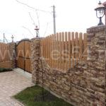 Забор с каменными столбами в ЖСК «Приморье»